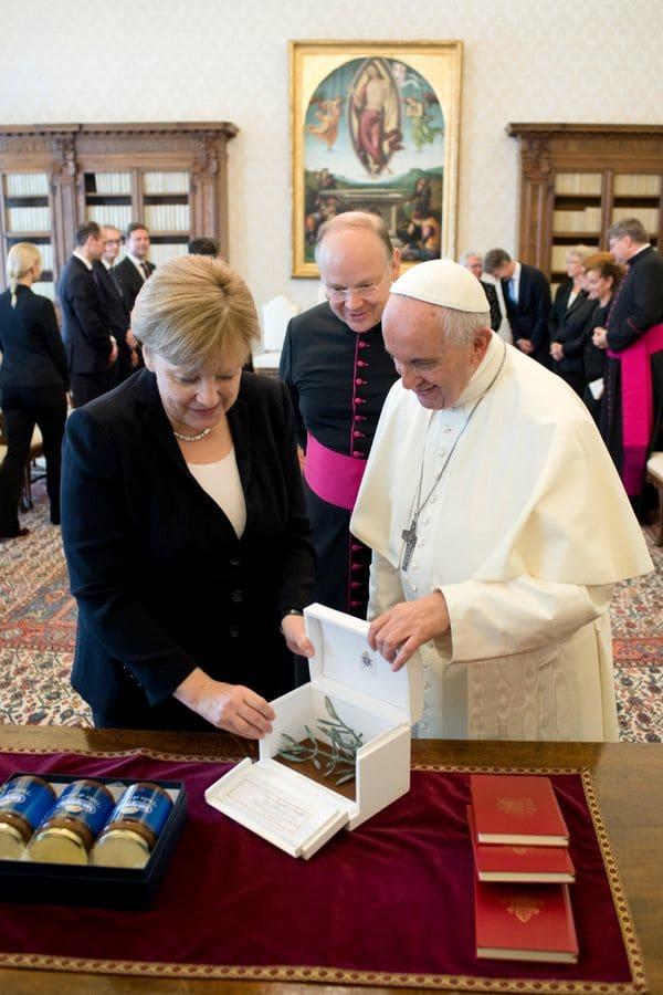 El papa le obsequió a la canciller una escultura de bronce con forma de rama de olivo. (L'Osservatore Romano/Pool Photo via AP)