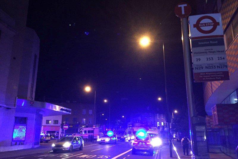 Foto del lunes de vehículos policiales cerca de Finsbury Park, en Londres, donde se reportó un vehículo atropellando transeúntes.  Jun 19, 2017.  La policía británica dijo que respondió a reportes de un incidente en el que un vehículo estaba atropellando transeúntes en Londres, y destacó que el hecho dejó varias víctimas. REUTERS/Ritvik Carvalho