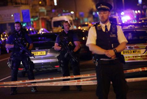La Policía resguarda una calle en el área de Finsbury Park, al norte de Londres, donde un vehículo atropelló a varios peatones. Foto: AFP