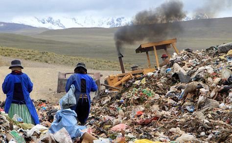 Trabajos de compactación de residuos en el relleno sanitario de El Alto. Foto: Agencia Municipal de Información.