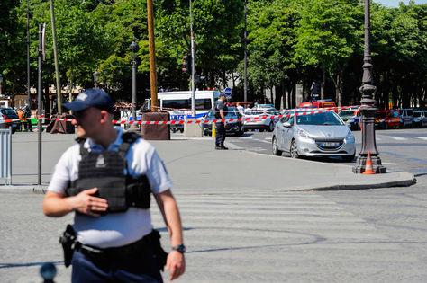 Agentes de la policía cierran vías cercanas a los Campos Elíseos en París. Foto: AFP