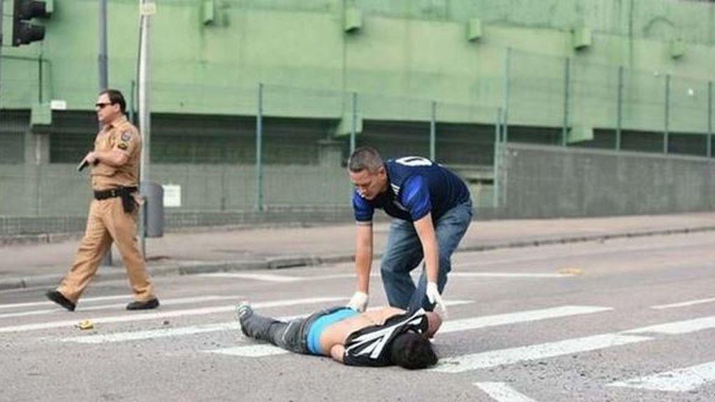 El seguidor del Corinthians, en el suelo.