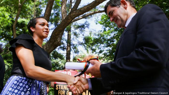 """Murrawah Johnson entrega la """"Declaración de Defensa del País"""" a Peter Wellington, Australia (Fuente: Consejo de Familia del pueblo indígena Wangan y Jagalingou (W&J))"""