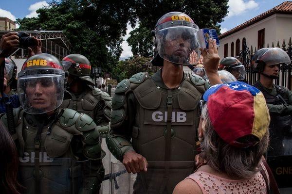 Manifestantes confrontan a agentes de la Guardia Nacional (EFE)