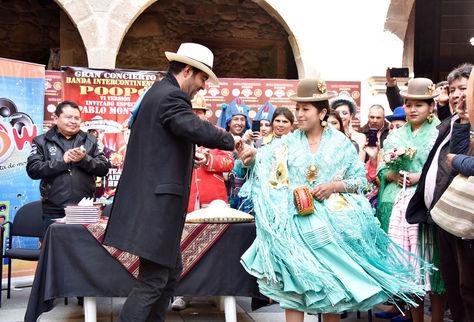 El actor y cantante mexicano Pablo Montero baila con una cholita. Foto: Pedro Laguna