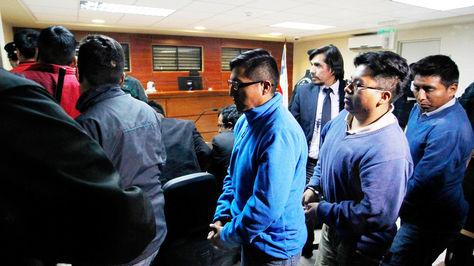 Los nueve nimputados salen de la audiencia tras la lectura del dictamen. Foto: APG