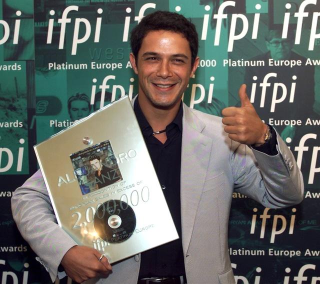 Alejandro Sanz, recogiendo uno de sus discos de platino.