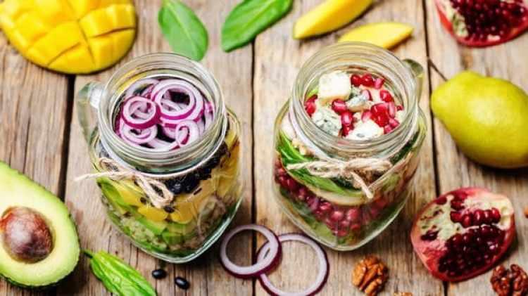 Ensaladas en jarra de vidrio permite que los nutrientes de las verduras se conserven por mucho más tiempo y evita que se contaminen de bisfenol, componente poco saludable del plástico (IStock)