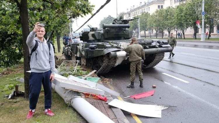 El tanque aparentemente perdió el control y derribó un arbol y un poste (auto.online.by)