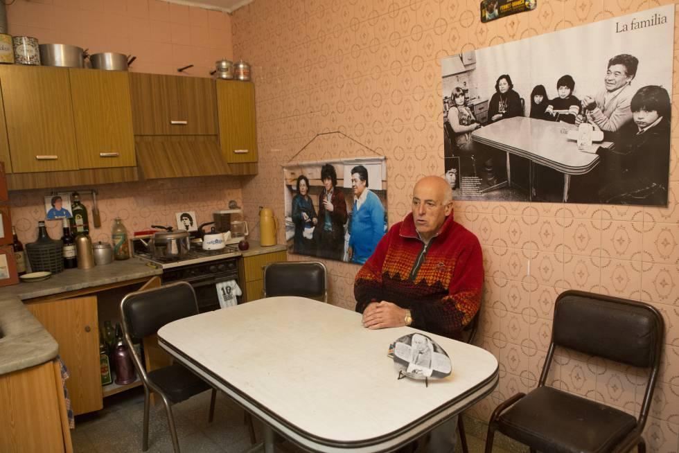 Alberto Pérez, quien compró la casa de Maradona para convertirla en un museo, en la cocina de la vivienda.