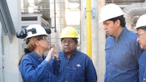 Presidente de YPFB, Óscar Barriga, en un trabajo de inspección. Foto:YPFB