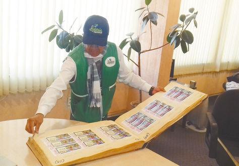 Un funcionario muestra los billetes premiados por la Lotería. Foto: Micaela Villa