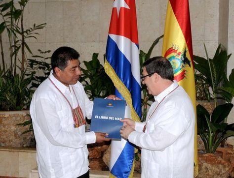 El canciller de Bolivia, Fernando Huanacuni (i), y su homólogo de Cuba, Bruno Rodríguez (d), en la reunión de este lunes en La Habana.
