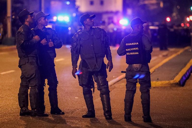 La presencia de los cuerpos de seguridad en adyacencias del TSJ se prolongó hasta latas horas de la noche. Foto: EFE