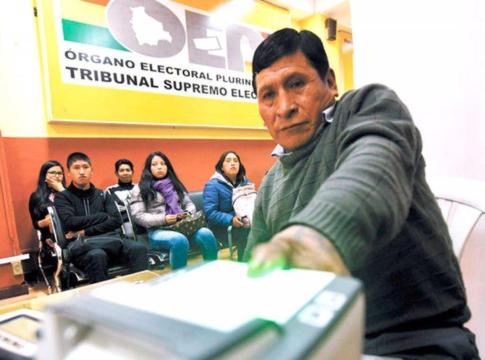 UN CIUDADANO REALIZA SU REGISTRO BIOMÉTRICO DIGITAL PARA SER PARTE DEL PADRÓN ELECTORAL.