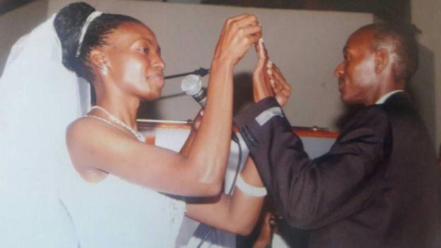 Terry Apudo le pone el anillo a Harry Olwande en la catedral de Todos los Santos de Nairobi en julio de 2005.
