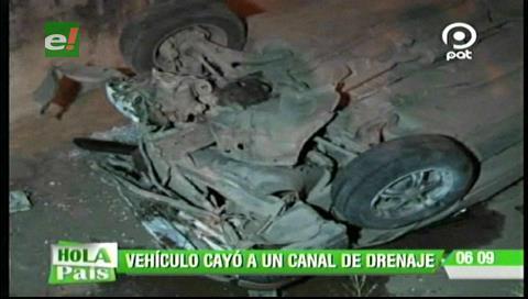 Vehículo cae a un canal de drenaje, hay dos heridos