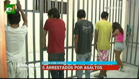 Detienen a cinco personas acusadas de cometer atracos
