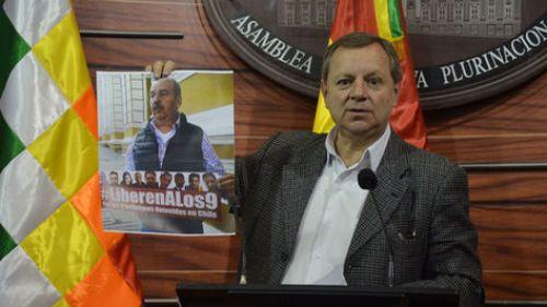 Gonzales expone una fotografía donde se observa al senador Arturo Murillo con la pancarta que tiene la inscripción #LiberenALos9