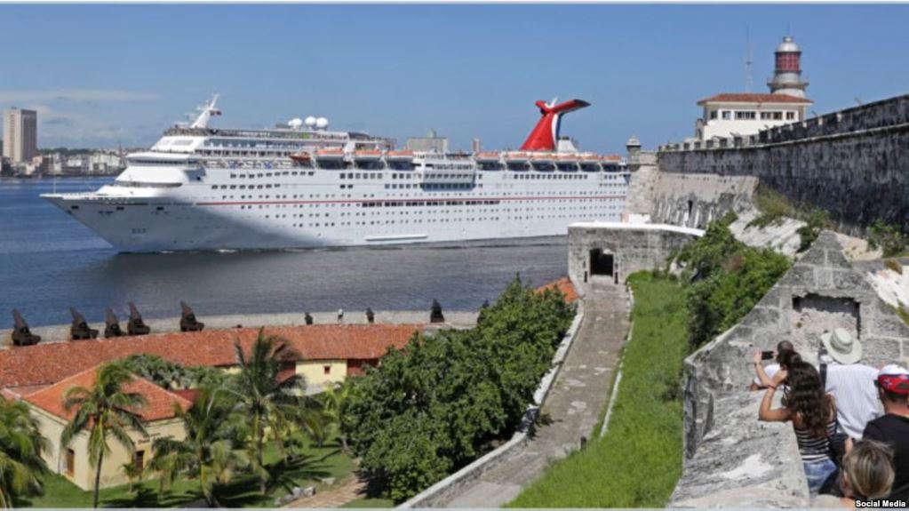 El Carnival Paradise, primer crucero estadounidense en viajar de Tampa a Cuba en más de 50 años, llega al puerto de La Habana.