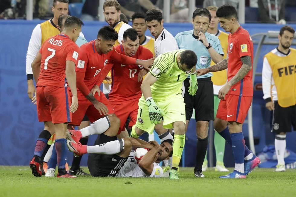 Can protege la pelota rodeado de jugadores chilenos.