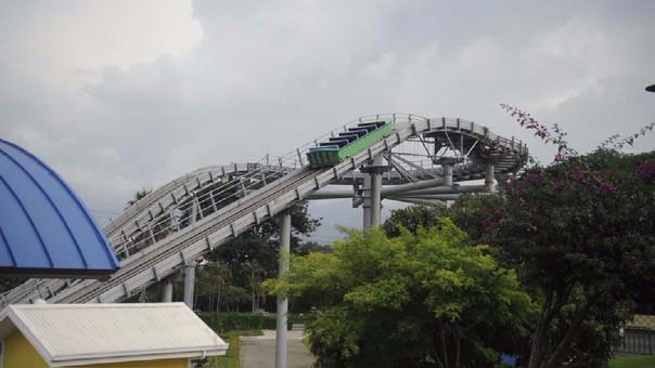 Los parques de diversiones también fueron víctimas del apagón. Así quedó este juego mecánico en San José de Costa Rica. Unas 20 personas fueron evacuadas tras quedar atrapadas.