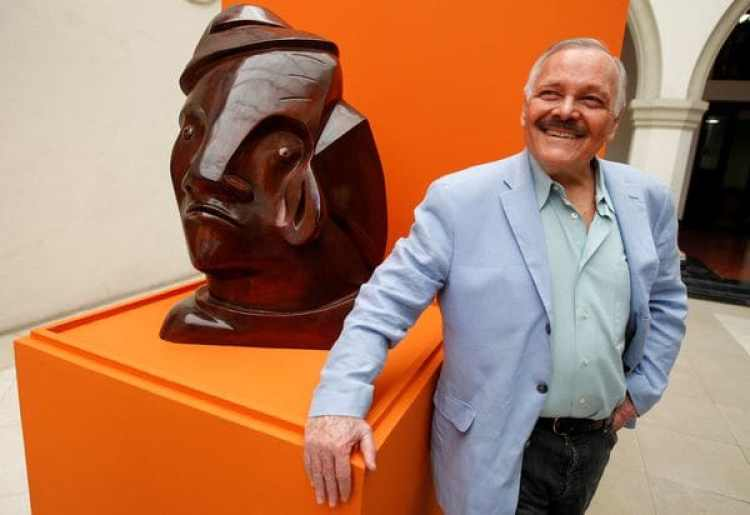"""José Luis Cuevas junto a su escultura""""Autoretrato 1995""""en 2009 (Reuters)"""