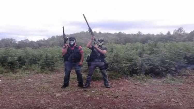 Los integrantes del grupo suelen subir fotos a las redes sociales mostrando sus armas. Foto: YouTube