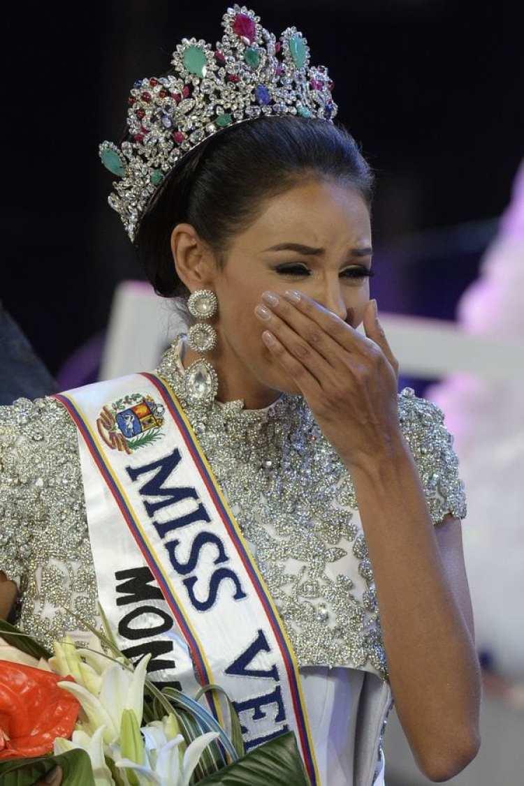 Keysi Sayago, en el momento de su coronación (AFP)