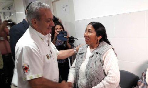 Óscar Urenda. secretario de Salud de la Gobernación, le dio la bienvenida a la paciente. Foto: Juan Delgadillo