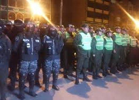 Un grupo de policías se apresta a efectuar a un control nocturno de vehículos.