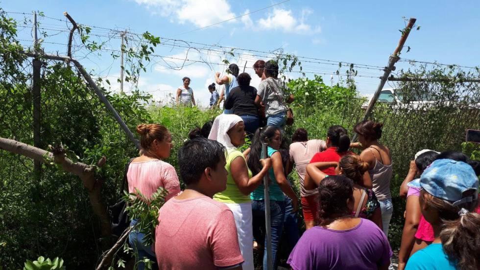 Familiares de los reos entran a Las Cruces tras la riña.