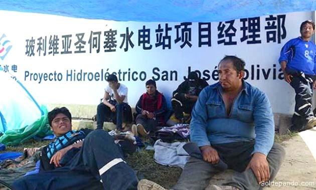 Obreros de la hidroeléctrica de San José ejercen la acción directa tomando las instalaciones de Sinohydro en el municipio de Colomi. También los trabajadores del proyecto caminero Ichilo-Ivirgarzama que ejecuta la misma empresa china, realizan un paro movilizado.   Foto Los Tiempos