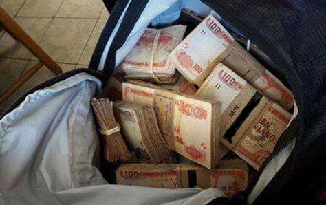 Fajos de billetes bolivianos