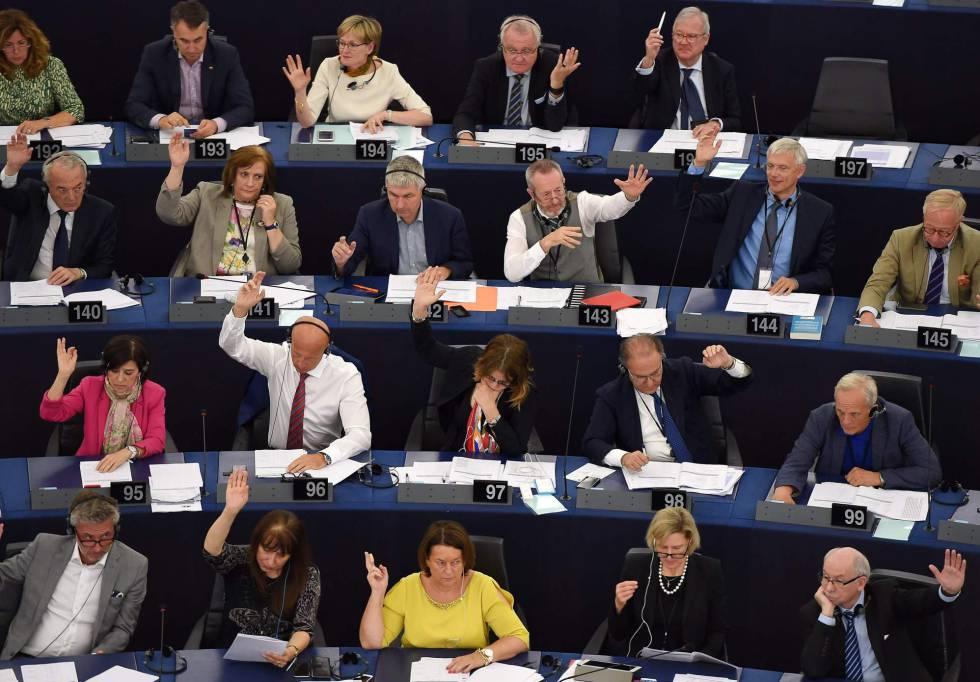 Europarlamentarios votan el acuerdo que pone fin al veto a Cuba.