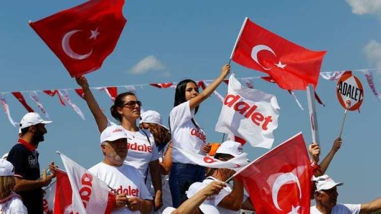 Seguidores del opositor Kemal Kilicdaroglu flamena banderas turcas (Reuters)