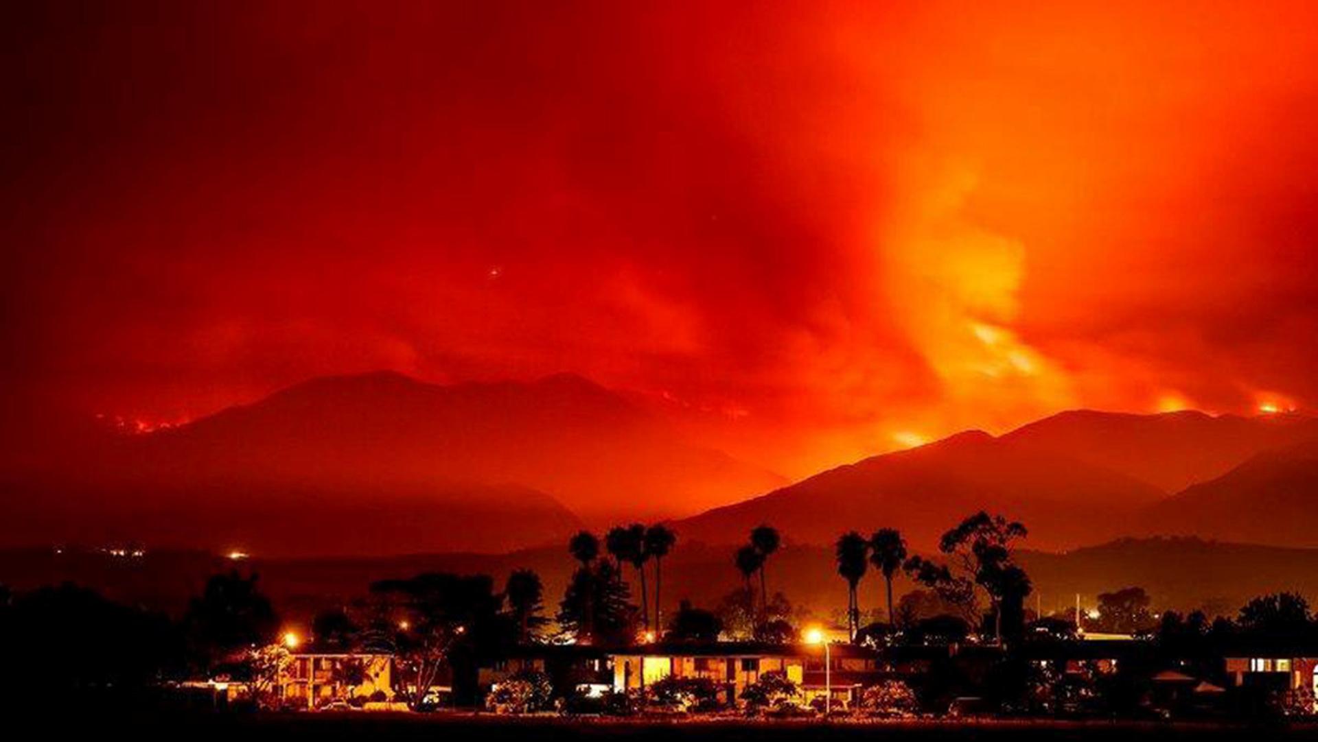 El humo es iluminado por el incendio, cerca de Santa Ynez, California