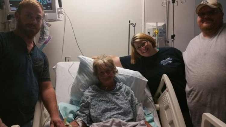 Barbara Franz se recupera del infarto que sufrió en el agua, junto a su hija, Roberta Ursrey, su yerno, Bryan Ursrey, y su sobrino, Justin