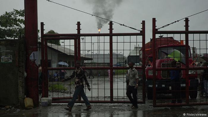 Tore der Ölraffinerie in Port Harcourt (Flickr/sixoone)