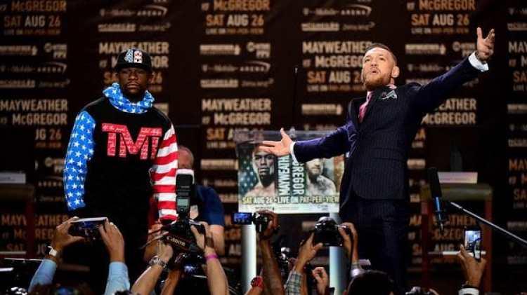 McGregor aseguró que Mayweather usósudadera porque no tiene dinero para un traje (Getty Images)
