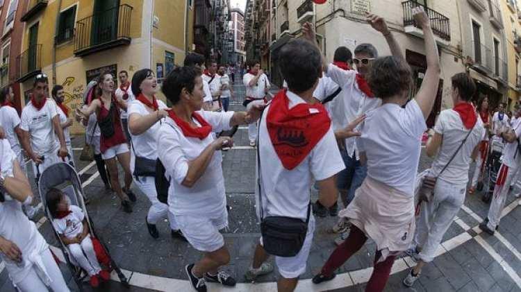 Ambiente por las calles pamplonicas en la cuarta jornada de las fiestas de San Fermín (EFE)