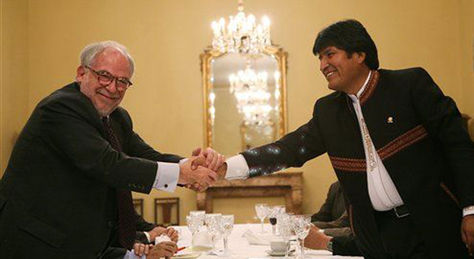 La fotografía que el Mandatario boliviano colgó en Twitter. El apretón de manos entre Marco Aurelio García y Morales