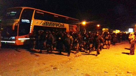 El contingente policial junto a bus interdepartamental varado en Colomi