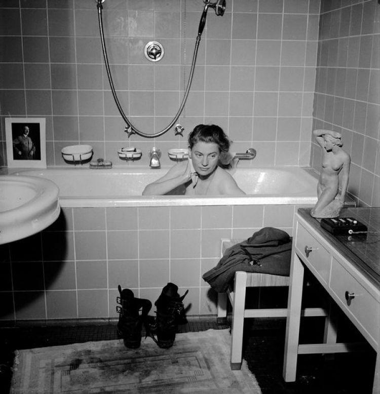 La foto de Lee Miller en la bañera del departamento de Adolf Hitler en Munich.