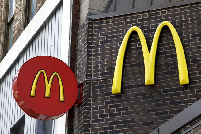 Imagen de archivo del logotipo de McDonalds en la fachada de uno de sus establecimientos