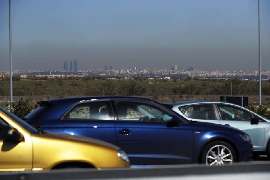 Varios coches circulando por la M-40 a la altura de Móstoles. (Efe/Juan Carlos Hidalgo)