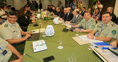 Policías de Bolivia y carabineros de Chile participan en la reunión sobre fronteras, en Santa Cruz. Foto: EFE