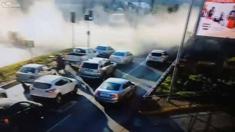 El momento posterior al choque del camión con el autobús
