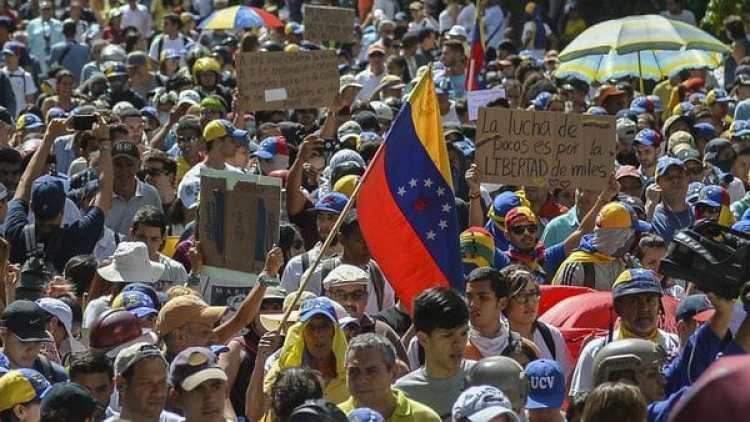 La gente sale casi a diario para protestar contra Maduro (AFP)