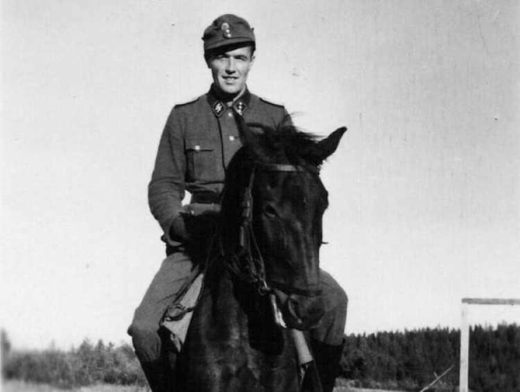 Aribert Heim a caballo, vestido con su uniforme de las SS